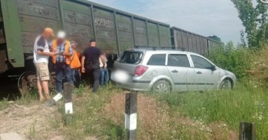 /VIDEO/ Două persoane au scăpat ca prin urechea acului, după ce mașina în care se aflau a fost lovită de o locomotivă în raionul Briceni