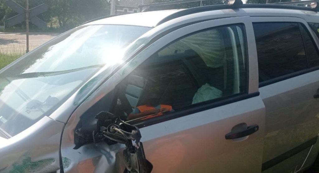 Foto /VIDEO/ Două persoane au scăpat ca prin urechea acului, după ce mașina în care se aflau a fost lovită de o locomotivă în raionul Briceni 1 26.10.2021