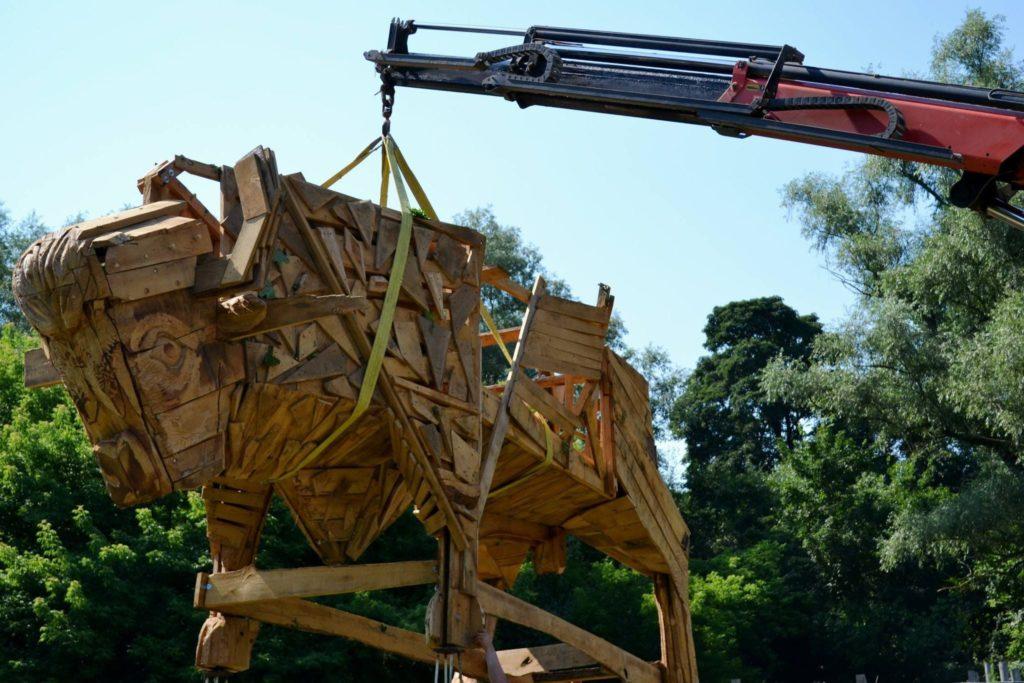 """Foto /FOTO/ Un zimbru uriaș din lemn a fost instalat pe teritoriul rezervației naturale """"Pădurea Domnească"""" 1 26.10.2021"""