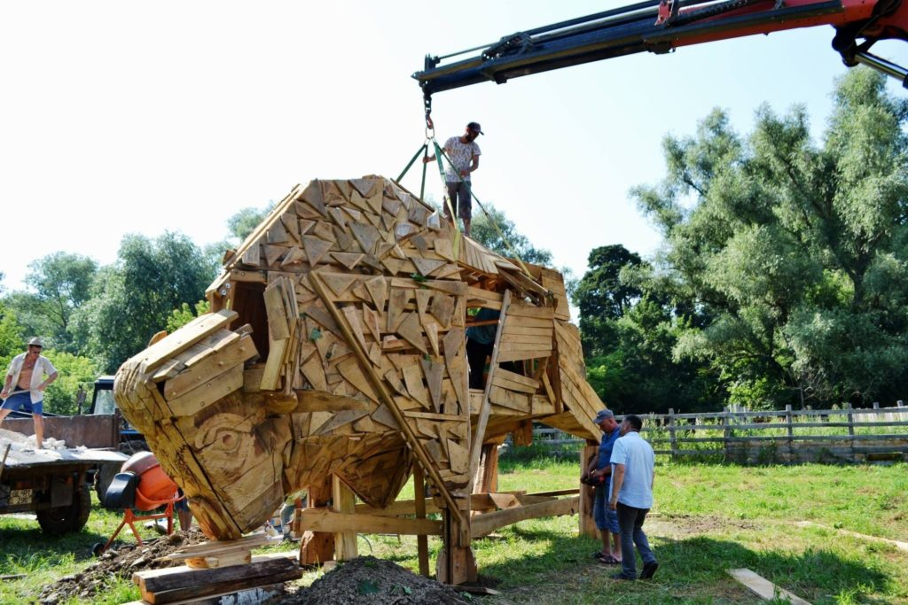 """Foto /FOTO/ Un zimbru uriaș din lemn a fost instalat pe teritoriul rezervației naturale """"Pădurea Domnească"""" 2 26.10.2021"""