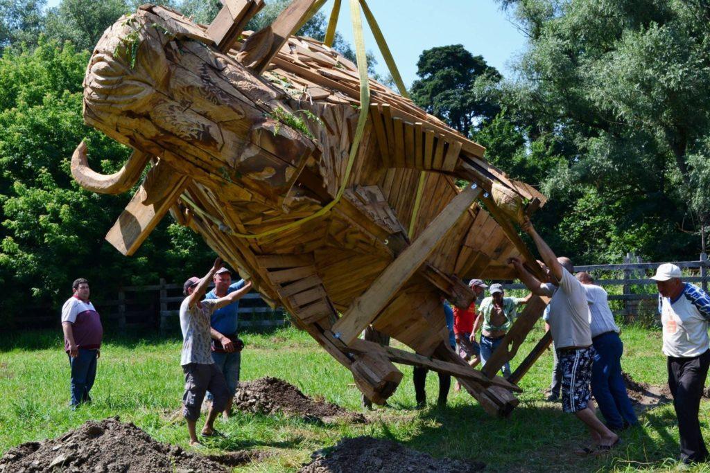 """Foto /FOTO/ Un zimbru uriaș din lemn a fost instalat pe teritoriul rezervației naturale """"Pădurea Domnească"""" 6 26.10.2021"""
