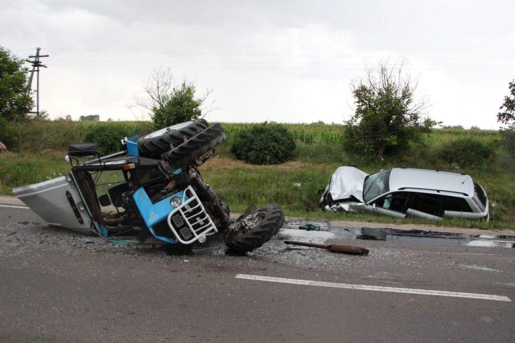 Foto /FOTO/ Un polițist a răsturnat un tractor cu mașina în raionul Florești 1 21.09.2021