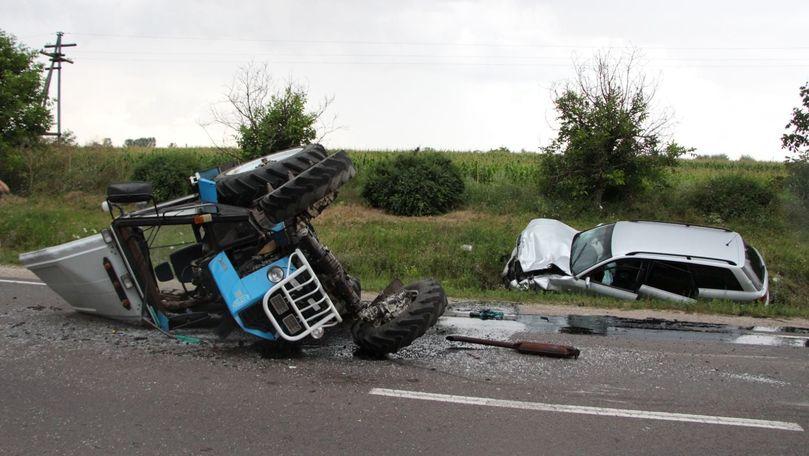 /FOTO/ Un polițist a răsturnat un tractor cu mașina în raionul Florești