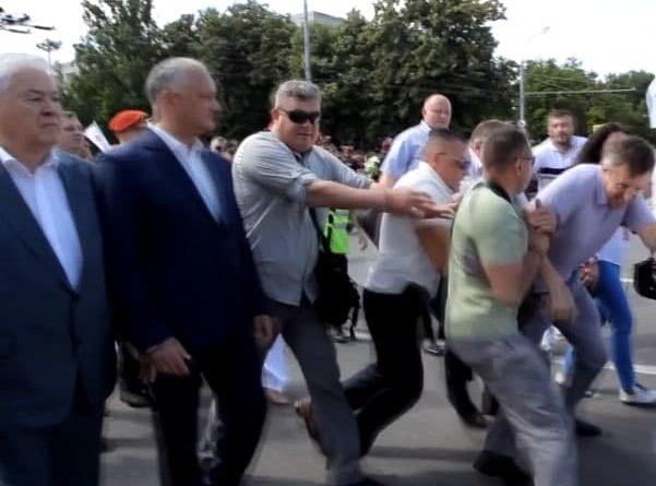 Foto Киртоакэ попытался устроить провокацию и напасть на Додона и Воронина на марше Блока коммунистов и социалистов 1 26.10.2021