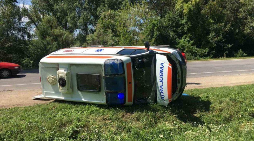 /VIDEO/ Accident în raionul Edineț. O ambulanță s-a răsturnat în timp ce se deplasa la chemare