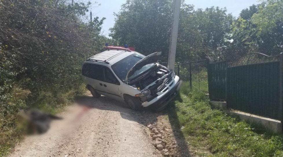 /FOTO/ Accident în raionul Ocnița. Un bărbat a murit, după ce s-a tamponat cu mașina într-un pilon de electricitate
