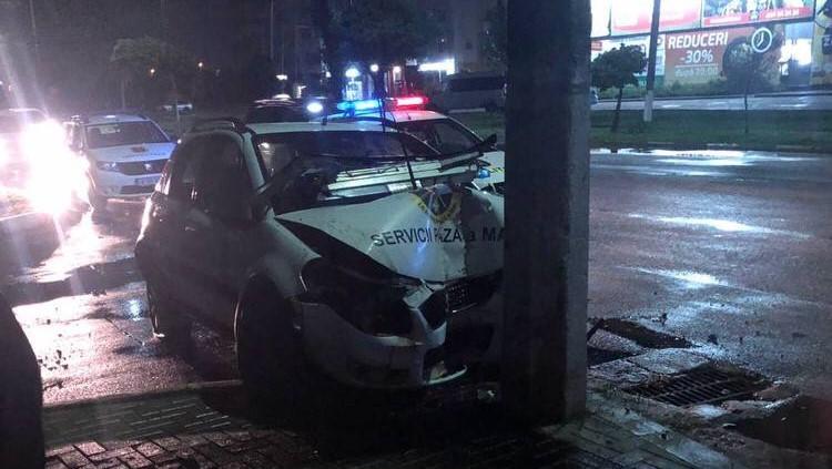 Accident rutier la Bălți. Doi angajați ai MAI s-au tamponat cu mașina într-un pilon de electricitate