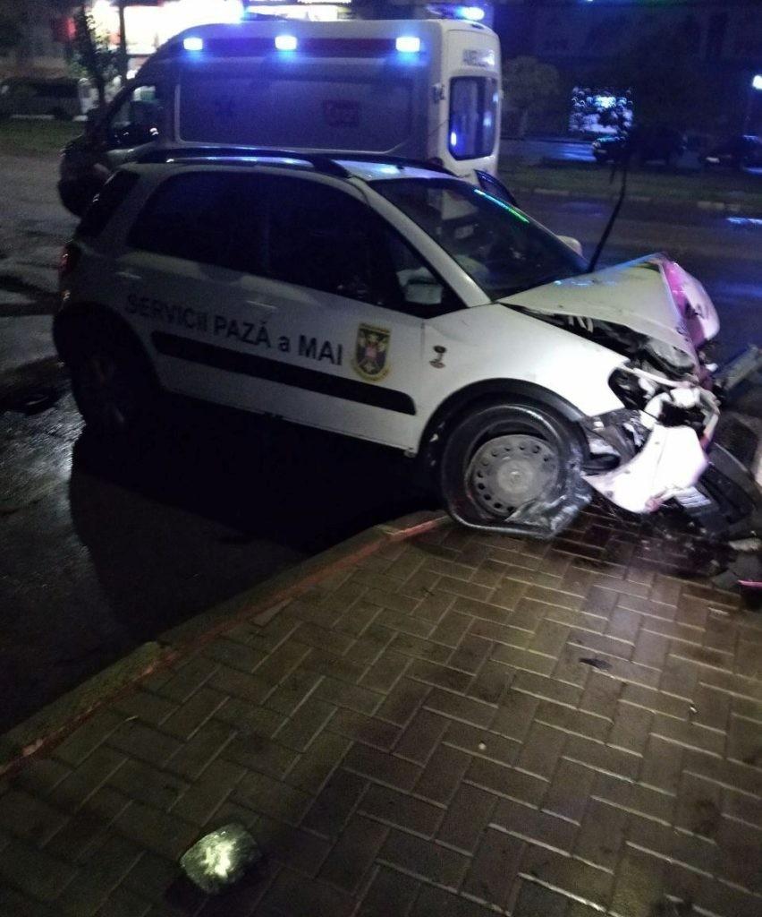 Foto Accident rutier la Bălți. Doi angajați ai MAI s-au tamponat cu mașina într-un pilon de electricitate 1 21.09.2021