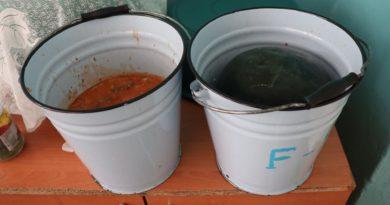 /FOTO/ Mâncare din găleată și condiții insalubre la centrul de plasament din satul Bădiceni, raionul Soroca