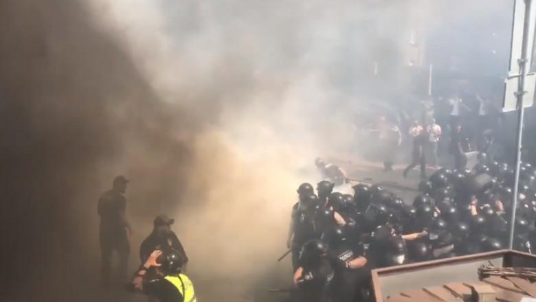 Foto Ciocniri violente în Ucraina. Biroul preşedintelui Zelensky a fost luat cu asalt de protestatari 1 21.09.2021