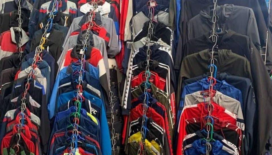 Mai mulți agenți economici din Bălți vindeau haine cu etichete false de brand-uri renumite