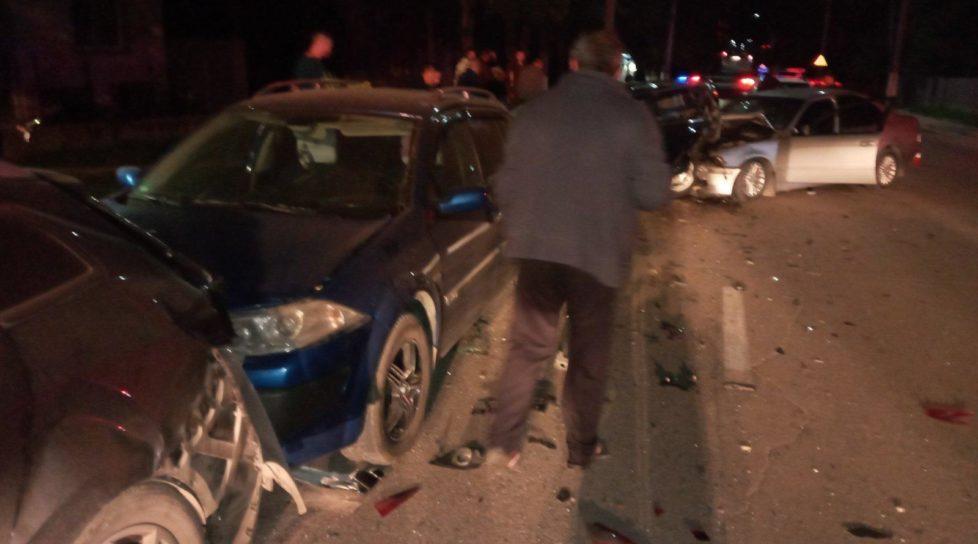 /FOTO/ Carambol pe o stradă din Bălți. Un șofer a accidentat patru automobile și a fugit de la locul faptei