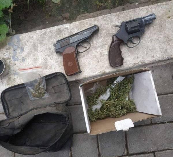 Foto Două pistoale și circa 250 de plante de cânepă, depistate de polițiștii din Glodeni 1 27.10.2021