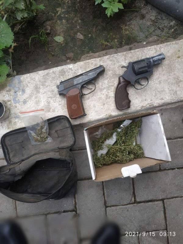 Foto Două pistoale și circa 250 de plante de cânepă, depistate de polițiștii din Glodeni 3 27.10.2021