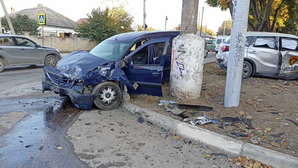 Foto /VIDEO/ Accident violent în Bălți, cu implicarea unei mașini de pază. Două persoane au ajuns la spital 7 27.10.2021