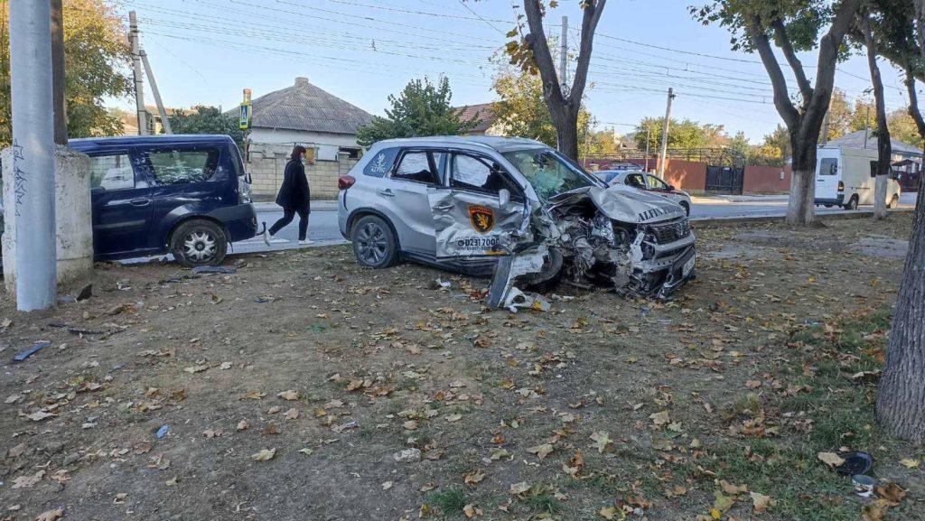 Foto /VIDEO/ Accident violent în Bălți, cu implicarea unei mașini de pază. Două persoane au ajuns la spital 2 27.10.2021