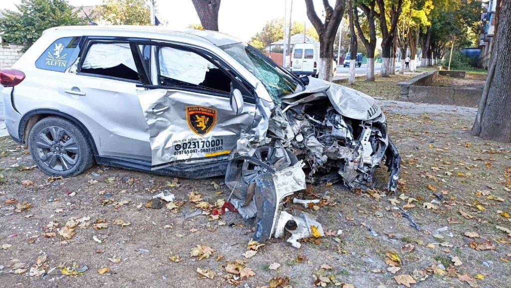 Foto /VIDEO/ Accident violent în Bălți, cu implicarea unei mașini de pază. Două persoane au ajuns la spital 4 27.10.2021