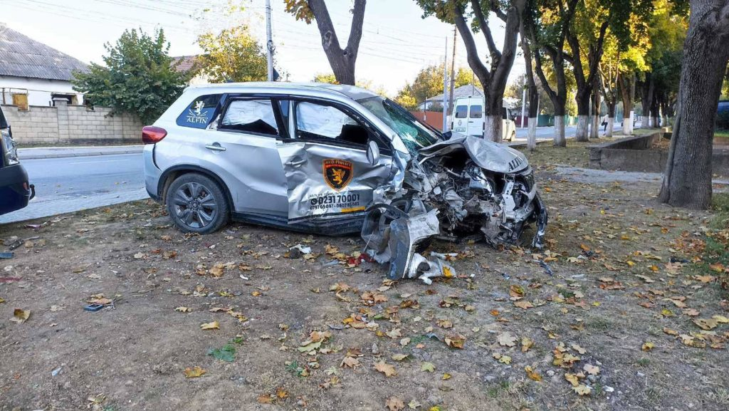 Foto /VIDEO/ Accident violent în Bălți, cu implicarea unei mașini de pază. Două persoane au ajuns la spital 3 27.10.2021