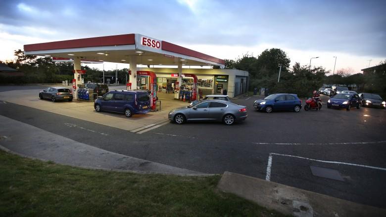 Foto Criză de benzină în Marea Britanie. Conducătorii auto aşteaptă ore în șir ca să facă plinul 1 17.10.2021