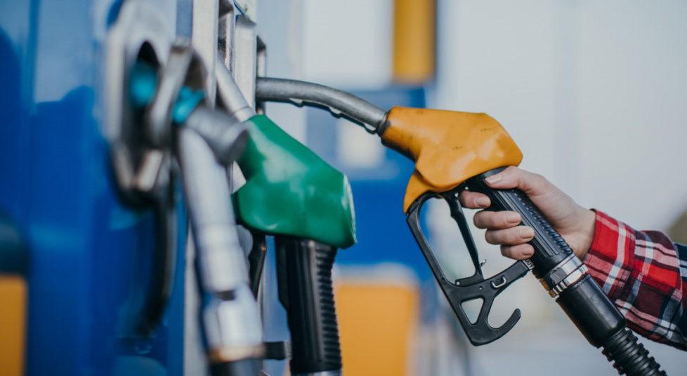 Benzina se ieftinește, motorina se scumpește