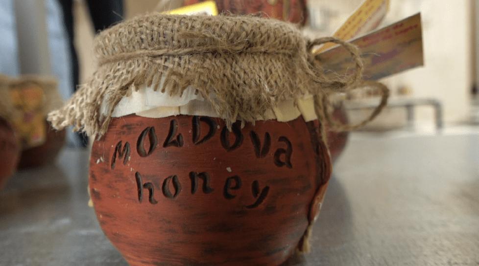 Foto /VIDEO/ Afacere dulce la Fălești. Unicul apicultor din țară care deține un certificat KOSHER a obținut trei medalii de aur în Marea Britanie 1 17.10.2021