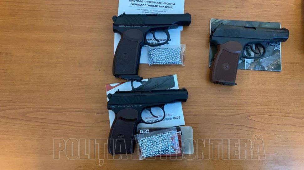 Foto /FOTO/ Trei arme, identificate pe Aeroportul Internațional Chișinău 1 27.10.2021