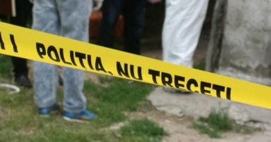 Cadavru în stare de putrefacție găsit pe pragul casei în raionul Florești