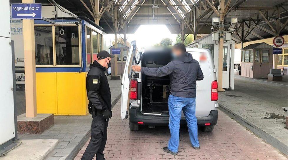 """Foto Un moldovean a fost oprit la intrare în Ucraina. Acesta avea agățată pe mașină panglica """"Sfântului Gheorghe"""" 1 27.10.2021"""