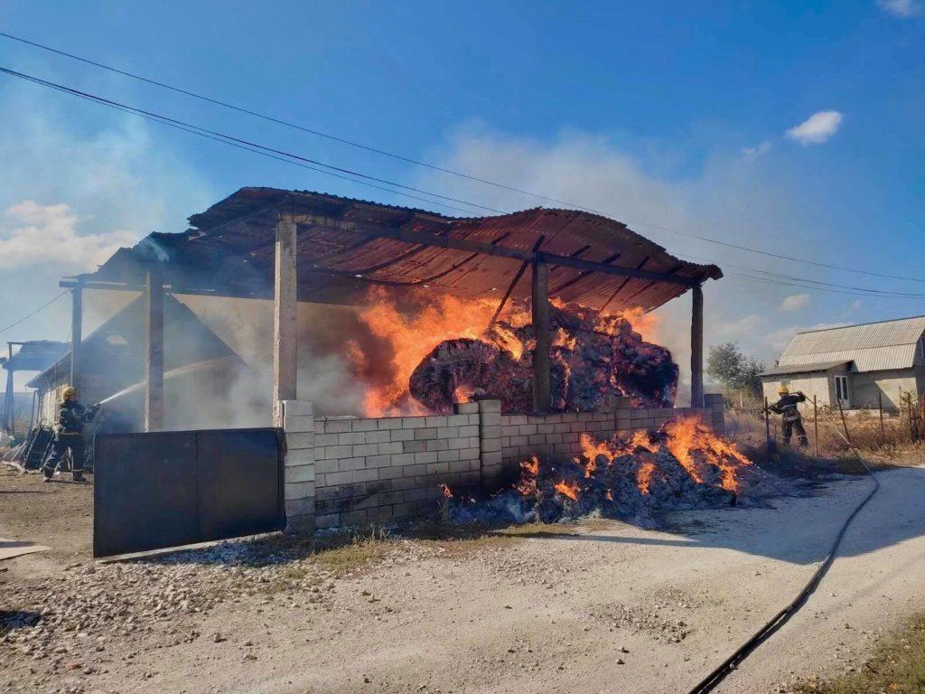 Foto Сильный пожар в Фалештах: сгорел склад кормов для животных 3 17.10.2021