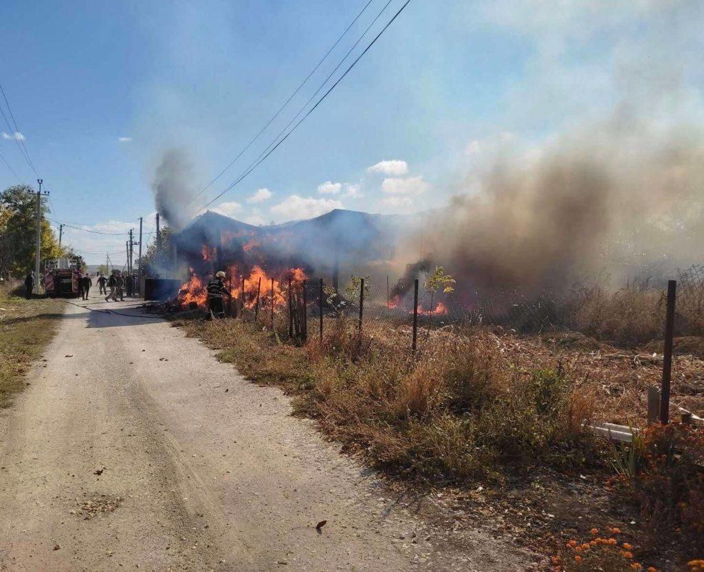 Foto Сильный пожар в Фалештах: сгорел склад кормов для животных 2 17.10.2021