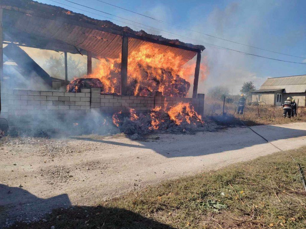 Foto Сильный пожар в Фалештах: сгорел склад кормов для животных 4 17.10.2021