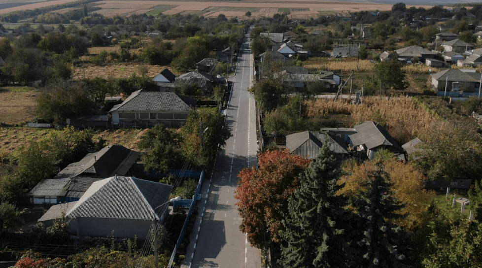 Foto /VIDEO/ Cel mai tânăr sat din raionul Glodeni înflorește. Cel de-al 101-lea an i-a prins pe săteni cu o stradă modernă 1 17.10.2021