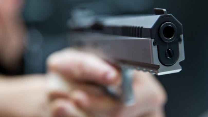 Focuri de armă la un service auto din orașul Cupcini. Proprietarul transportat la spital