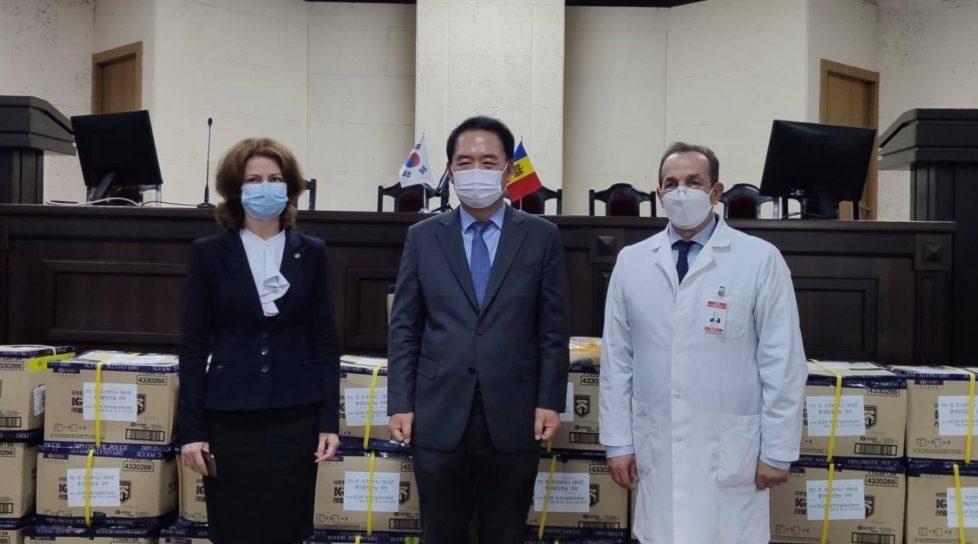 Foto Republica Coreea a donat medicilor de la noi 200 de costume de protecție individuală în valoare de 5 200 de dolari 1 17.10.2021