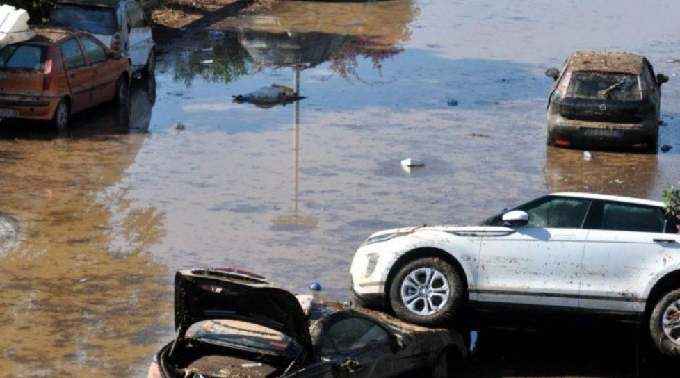 Foto /VIDEO/ Inundații de proporții în Italia și Franța. Apa care a năvălit în orașe a acoperit cu totul drumurile și a luat pe sus mașinile 1 17.10.2021